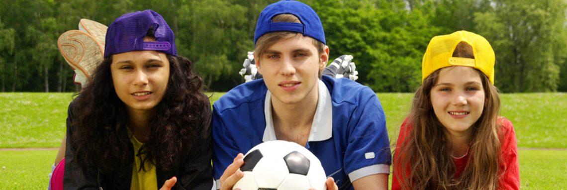 Jugendliche mit Fußball